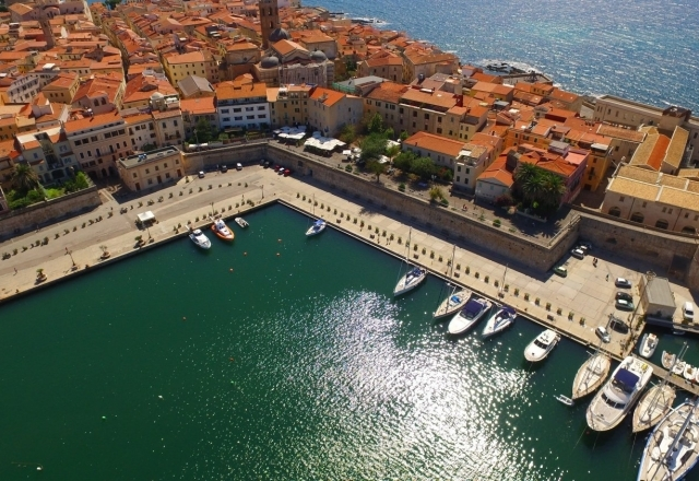 Overview of Alghero's port