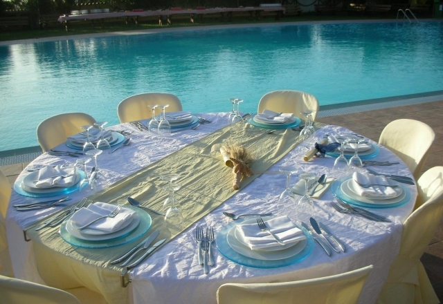 Bridal lunch by the pool